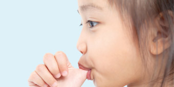 Les effets de la succion du pouce sur l'alignement dentaire